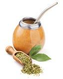 Skopa med torrt mattt te och kalebassen Arkivbild