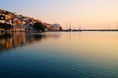 Skopelosstad bij zonsopgang, Griekenland stock fotografie