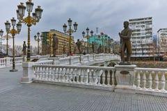 SKOPJE, DIE REPUBLIK MAZEDONIEN - 24. FEBRUAR 2018: Art Bridge und Vardar-Fluss in der Stadt von Skopje Stockbilder