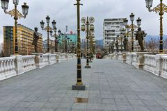 SKOPJE, DIE REPUBLIK MAZEDONIEN - 24. FEBRUAR 2018: Art Bridge und Vardar-Fluss in der Stadt von Skopje Lizenzfreie Stockfotografie