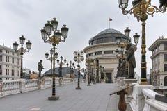 SKOPJE, DIE REPUBLIK MAZEDONIEN - 24. FEBRUAR 2018: Art Bridge und Vardar-Fluss in der Stadt von Skopje Stockbild