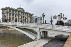 SKOPJE, DIE REPUBLIK MAZEDONIEN - 24. FEBRUAR 2018: Art Bridge und Vardar-Fluss in der Stadt von Skopje Lizenzfreies Stockfoto