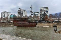SKOPJE, DIE REPUBLIK MAZEDONIEN - 24. FEBRUAR 2018: Fluss Vardar, das durch Stadt von Skopje-Mitte überschreitet Stockfoto