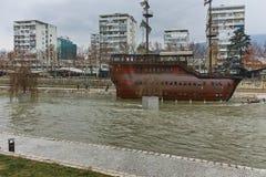 SKOPJE, DIE REPUBLIK MAZEDONIEN - 24. FEBRUAR 2018: Fluss Vardar, das durch Stadt von Skopje-Mitte überschreitet Lizenzfreie Stockfotografie