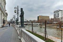 SKOPJE, DIE REPUBLIK MAZEDONIEN - 24. FEBRUAR 2018: Fluss Vardar, das durch Stadt von Skopje-Mitte überschreitet Stockfotografie