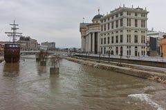 SKOPJE, DIE REPUBLIK MAZEDONIEN - 24. FEBRUAR 2018: Fluss Vardar, das durch Stadt von Skopje-Mitte überschreitet Lizenzfreies Stockfoto