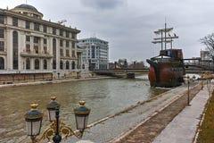 SKOPJE, DIE REPUBLIK MAZEDONIEN - 24. FEBRUAR 2018: Fluss Vardar, das durch Stadt von Skopje-Mitte überschreitet Lizenzfreie Stockfotos
