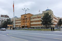 SKOPJE, DIE REPUBLIK MAZEDONIEN - 24. FEBRUAR 2018: Gebäude des Parlaments in der Stadt von Skopje Stockfotos