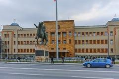 SKOPJE, DIE REPUBLIK MAZEDONIEN - 24. FEBRUAR 2018: Gebäude des Parlaments in der Stadt von Skopje Stockbild