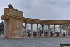 SKOPJE, DIE REPUBLIK MAZEDONIEN - 24. FEBRUAR 2018: Kolonnade nahe Vardar Rive in der Mitte der Stadt von Skopje lizenzfreie stockfotografie