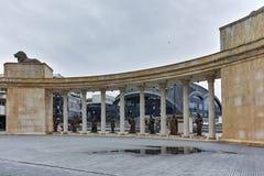 SKOPJE, DIE REPUBLIK MAZEDONIEN - 24. FEBRUAR 2018: Kolonnade nahe Vardar Rive in der Mitte der Stadt von Skopje stockbild