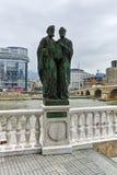 SKOPJE, DIE REPUBLIK MAZEDONIEN - 24. FEBRUAR 2018: Monument und Vardar-Fluss, der durch Stadt von Skopje-Mitte überschreitet Stockfotos