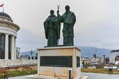SKOPJE, DIE REPUBLIK MAZEDONIEN - 24. FEBRUAR 2018: Monument von St. Cyril und Methodius und alte Steinbrücke Lizenzfreie Stockfotografie