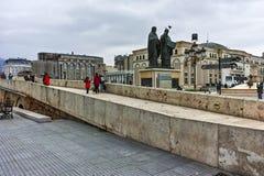 SKOPJE, DIE REPUBLIK MAZEDONIEN - 24. FEBRUAR 2018: Skopje-Stadtzentrum, alte Steinbrücke und Vardar-Fluss Stockfotos