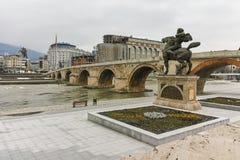 SKOPJE, DIE REPUBLIK MAZEDONIEN - 24. FEBRUAR 2018: Skopje-Stadtzentrum, alte Steinbrücke und Vardar-Fluss Stockfoto
