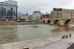 SKOPJE, DIE REPUBLIK MAZEDONIEN - 24. FEBRUAR 2018: Skopje-Stadtzentrum, alte Steinbrücke und Vardar-Fluss Lizenzfreies Stockfoto