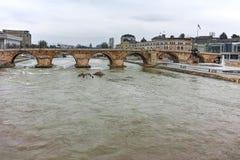 SKOPJE, DIE REPUBLIK MAZEDONIEN - 24. FEBRUAR 2018: Skopje-Stadtzentrum, alte Steinbrücke und Vardar-Fluss, Stockbild