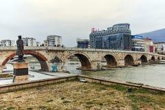 SKOPJE, DIE REPUBLIK MAZEDONIEN - 24. FEBRUAR 2018: Skopje-Stadtzentrum, alte Steinbrücke und Vardar-Fluss stockbilder