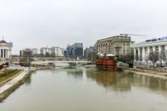 SKOPJE, DIE REPUBLIK MAZEDONIEN - 24. FEBRUAR 2018: Vardar-Fluss, der durch Stadt von Skopje-Mitte überschreitet Stockfotos