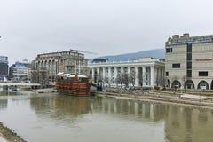 SKOPJE, DIE REPUBLIK MAZEDONIEN - 24. FEBRUAR 2018: Vardar-Fluss, der durch Stadt von Skopje-Mitte überschreitet Lizenzfreies Stockbild