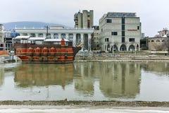SKOPJE, DIE REPUBLIK MAZEDONIEN - 24. FEBRUAR 2018: Vardar-Fluss, der durch Stadt von Skopje-Mitte überschreitet Stockbilder