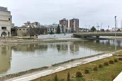 SKOPJE, DIE REPUBLIK MAZEDONIEN - 24. FEBRUAR 2018: Vardar-Fluss, der durch Stadt von Skopje-Mitte überschreitet Lizenzfreie Stockbilder