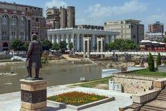 SKOPJE, DIE REPUBLIK MAZEDONIEN - 13. MAI 2017: Panorama von Vardar-Fluss und Panorama zum Skopje-Stadtzentrum Stockfoto