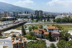 SKOPJE, DIE REPUBLIK MAZEDONIEN - 13. MAI 2017: Panorama zur Stadt von Skopje von der Festung Kohlfestung in der alten Stadt Lizenzfreie Stockfotografie