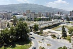 SKOPJE, DIE REPUBLIK MAZEDONIEN - 13. MAI 2017: Panorama zur Stadt von Skopje von der Festung Kohlfestung in der alten Stadt Stockfoto