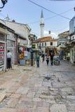 SKOPJE, DIE REPUBLIK MAZEDONIEN - 13. MAI 2017: Typische Straße in der alten Stadt der Stadt von Skopje Stockfotos