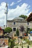 SKOPJE, DIE REPUBLIK MAZEDONIEN - 13. MAI 2017: Typische Straße in der alten Stadt der Stadt von Skopje Stockbild