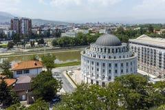SKOPJE, EL REPÚBLICA DE MACEDONIA - 13 DE MAYO DE 2017: Panorama a la ciudad de Skopje de la fortaleza de la col rizada de la for Foto de archivo