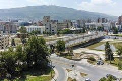 SKOPJE, EL REPÚBLICA DE MACEDONIA - 13 DE MAYO DE 2017: Panorama a la ciudad de Skopje de la fortaleza de la col rizada de la for Fotografía de archivo libre de regalías