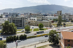 SKOPJE, EL REPÚBLICA DE MACEDONIA - 13 DE MAYO DE 2017: Panorama a la ciudad de Skopje de la fortaleza de la col rizada de la for Fotografía de archivo
