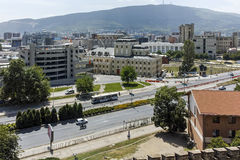 SKOPJE, EL REPÚBLICA DE MACEDONIA - 13 DE MAYO DE 2017: Panorama a la ciudad de Skopje de la fortaleza de la col rizada de la for Imagen de archivo
