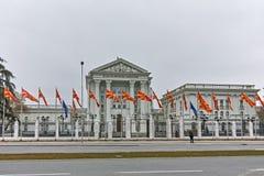 SKOPJE, EL REPÚBLICA DE MACEDONIA - 24 DE FEBRERO DE 2018: Edificio del gobierno del República de Macedonia en la ciudad de Skopj Fotografía de archivo libre de regalías