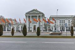 SKOPJE, EL REPÚBLICA DE MACEDONIA - 24 DE FEBRERO DE 2018: Edificio del gobierno del República de Macedonia en la ciudad de Skopj Fotografía de archivo