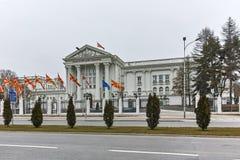 SKOPJE, EL REPÚBLICA DE MACEDONIA - 24 DE FEBRERO DE 2018: Edificio del gobierno del República de Macedonia en la ciudad de Skopj Imagen de archivo libre de regalías