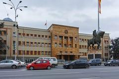 SKOPJE, EL REPÚBLICA DE MACEDONIA - 24 DE FEBRERO DE 2018: Edificio del parlamento en la ciudad de Skopje Fotografía de archivo