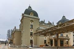 SKOPJE, EL REPÚBLICA DE MACEDONIA - 24 DE FEBRERO DE 2018: Edificio del teatro nacional macedónico en la ciudad de Skopje Fotografía de archivo