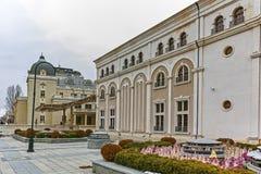 SKOPJE, EL REPÚBLICA DE MACEDONIA - 24 DE FEBRERO DE 2018: Edificio del teatro nacional macedónico en la ciudad de Skopje Imagen de archivo