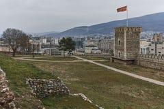 SKOPJE, EL REPÚBLICA DE MACEDONIA - 24 DE FEBRERO DE 2018: Fortaleza de la col rizada de la fortaleza de Skopje en la ciudad viej Fotografía de archivo
