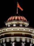 Skopje-Flagge und -architektur lizenzfreies stockbild