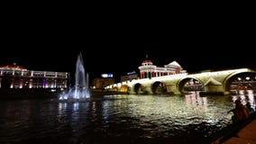 Skopje, Macédoine a illuminé avec la réflexion la nuit banque de vidéos