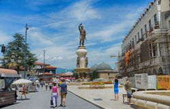 SKOPJE, MACEDÔNIA - 10 de junho de 2017: Quadrado de Phillip II em Skopje fotografia de stock