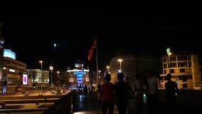 SKOPJE MACEDÔNIA - EM JULHO DE 2015: Alexander a grande estátua, a bandeira macedônia e a cruz grande filme