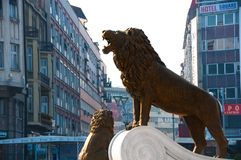 Skopje, Maced?nia - em novembro de 2011 Le?o no p? da fonte do monumento a Alexander o grande fotografia de stock