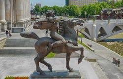 SKOPJE, MACEDONIË - Juni, 2017: Bronsbeeldhouwwerk van een woedende mens op een paard in Skopje royalty-vrije stock fotografie