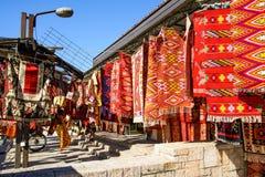 SKOPJE, MACEDONIË - OKTOBER 12, 2017: Uitstekende tapijten in oud Stock Afbeelding