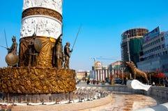 Skopje, Macedoni? - november 2011 De basis van het monument aan de fontein van Alexander groot stock afbeelding